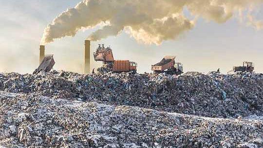 Plast värmer planet två gånger så mycket som luftfart - här gör du det klimatvänligt