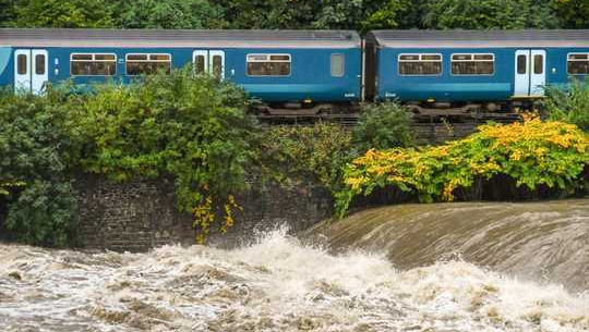 برطانیہ ایک خشک وسطی میں ہے - تو سیلاب کیسے آ رہا ہے؟