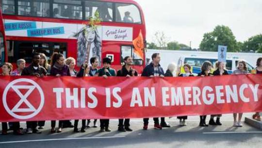 Протест против кризиса загрязнения воздуха, восстание вымирания останавливает движение в час пик в Лондоне