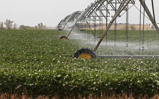 農業者は自然よりも速い巨大オガララ・アクィフィーターから地下水を採取しています