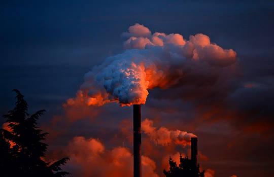 白人創造更多的空氣污染,但呼吸更少