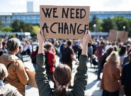 כיצד עיצבו מחאות הנוער את הדיון בנושא שינויי אקלים