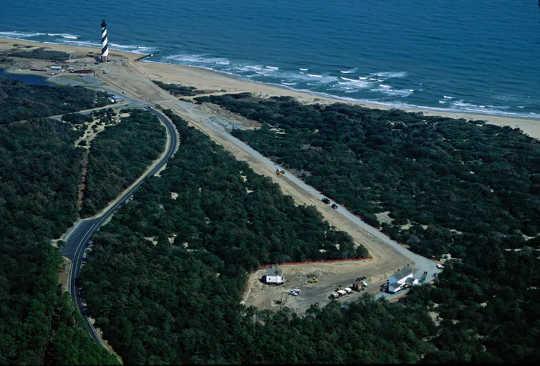 1999年,国家公园管理局(National Park Service)将历史悠久的哈特拉斯角灯塔(Cape Hatteras Lighthouse)向内陆移动了2,900英尺(照片中右下角的新位置),以保护其免受海岸线侵蚀。