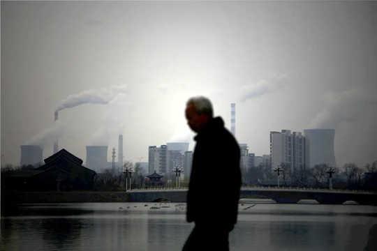 'N Man wat teen 'n industriële skyline loop