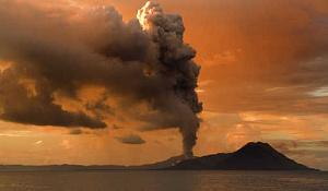 Asche und Bimsstein Aufstoßen von Vulkanausbrüchen - wie Mount Tavurvur in Papua-Neuguinea - Auslöser des Klimawandels. Bild: Taro Taylor via Wikimedia Commons