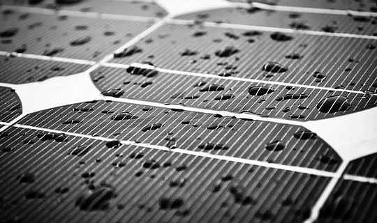 内蔵の太陽電池で屋根瓦を作ることができます–今、挑戦はそれらを安くすることです