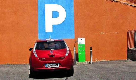 電気自動車の10分の充電が進行中