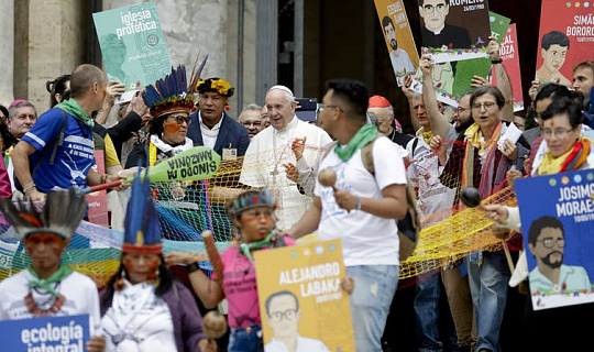 يؤكد البابا على واجب الكنيسة الكاثوليكية تجاه سكان الأمازون الأصليين الذين تضرروا من أزمة المناخ