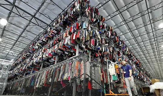 Brugt tøjsalg blomstrer - og kan hjælpe med at løse bæredygtighedskrisen i modebranchen