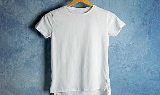 Efter en T-shirt fra bomuldsfelt til losseplads viser de sande omkostninger ved hurtig mode
