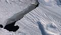 一座巨大的冰山剛剛崩塌,南極洲瀕臨滅絕的冰川