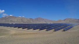 محطة الطاقة الشمسية الكوش Agachsky في جنوب روسيا، بالقرب من الحدود كازاخستان. صورة: داريا Ashanina عبر ويكيميديا كومنز
