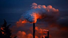 Vita människor skapar mer luftföroreningar, men andas mindre